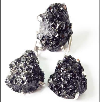 Меланит черный камень